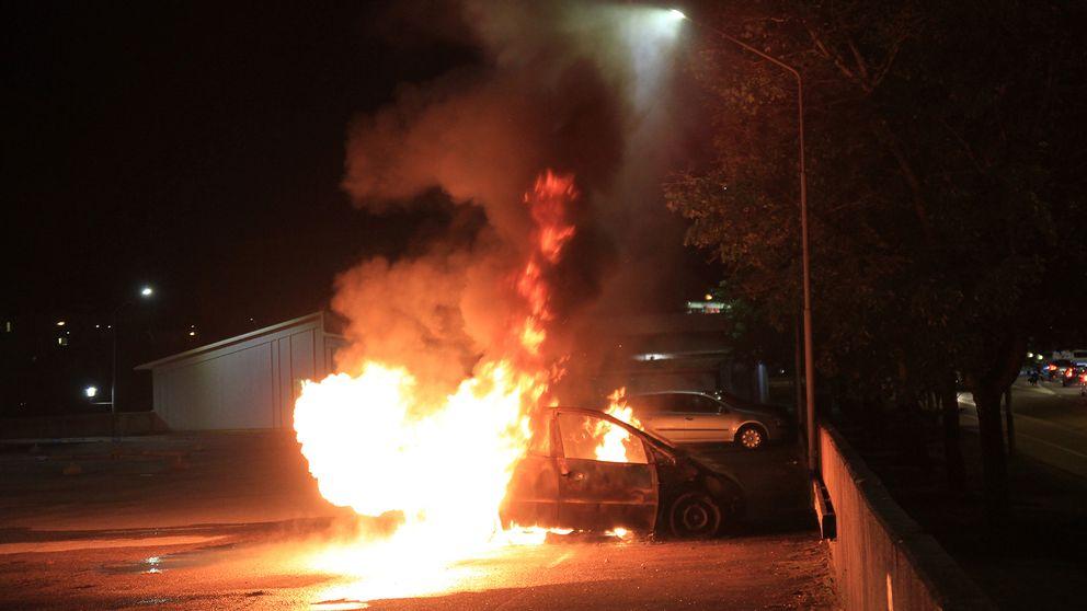 En bil brinner på Bandstolsvägen i Gottsunda.