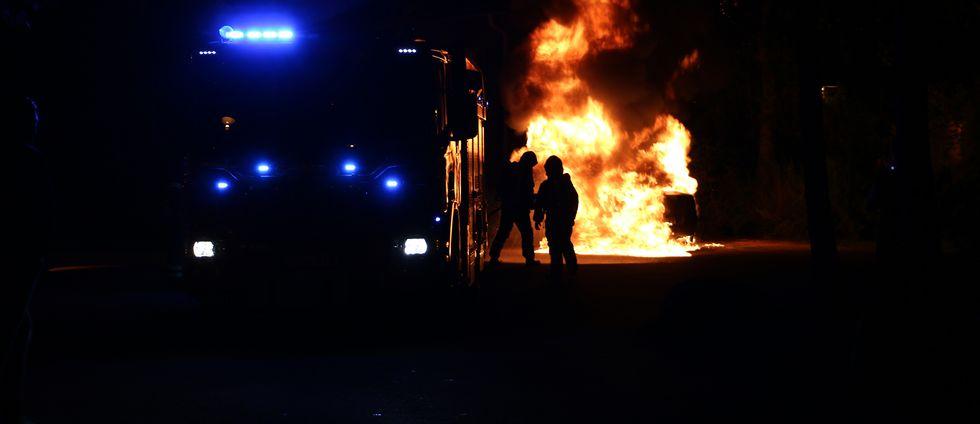 Räddningstjänsten släcker en bilbrand i Stenhagen.