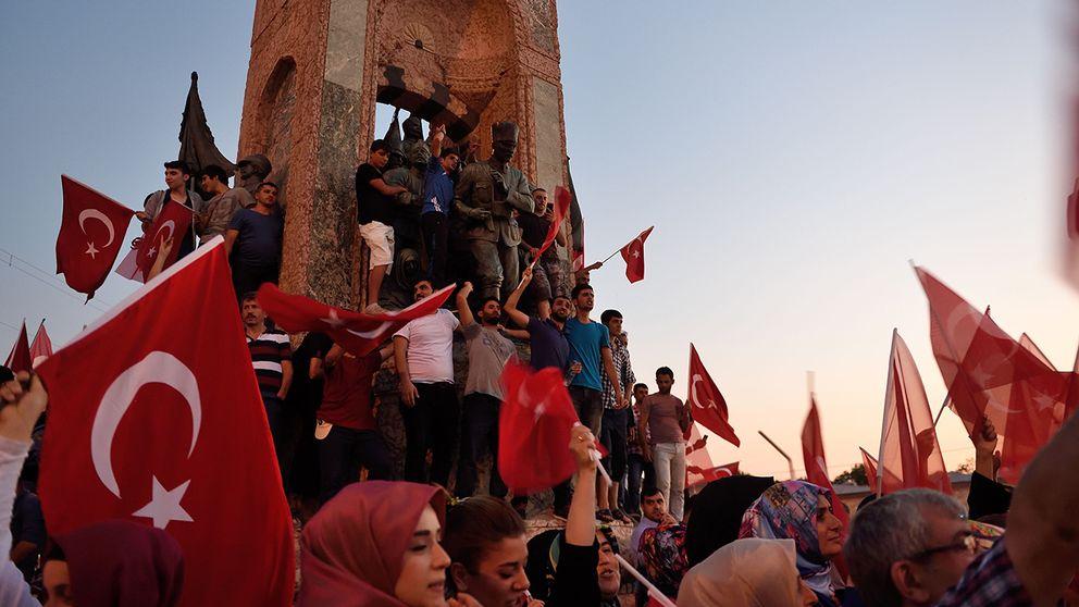 Nära 6.000 människor har gripits efter fredagens kuppförsök i Turkiet. Samtidigt säger man från amerikanskt håll att man är redo att pröva en turkisk begäran om en utlämning av predikanten Fetullah Gülen, som av den turkiska regimen beskylls för att ligga bakom kuppen.