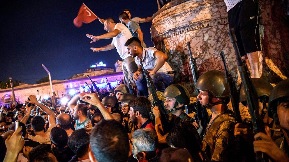 Turkiska soldater står beväpnade vid Taksimtorget i Istanbul, den 16 juli.