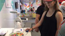 11-åriga Lea provar en ätrobot.
