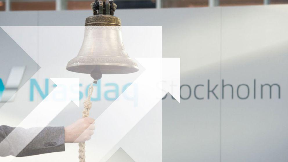 På bilden syns en hand som ringer i Stockholmsbörsens öppningsklocka.