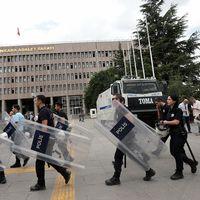 Turkisk kravallpolis bevakar en domstol i Ankara, där åklagare förhör kuppmakare den 20 juli.