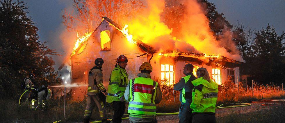 En kraftig brand förstörde en villa i Äsperöd