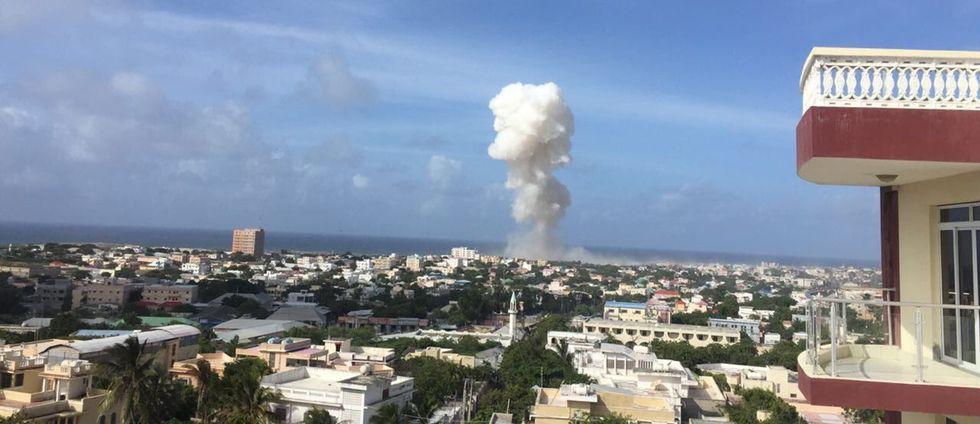 Två explosioner har skakat Mogadishu på tisdagen. Flera har dött i attackerna.
