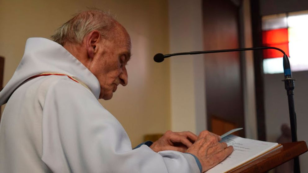 Fader Jacques Hamel blev 86 år gammal, och sörjs nu av sitt samfund. Han beskrivs som en varm, enkel och ödmjuk man.