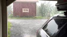 Blixt slår ner nära hus, ösregn.