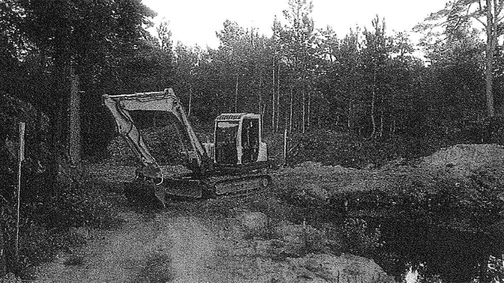 Bild på grävskopa som blockerar vägen på en av Kosteröarna.