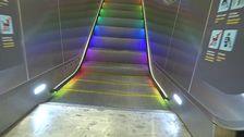 Regnbågsfärgad rulltrappa under Pride