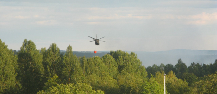 helikopter 16 vattenbomb black hawk skogsbran