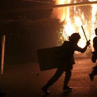 Polis springer för att konfrontera oppositionella demonstranter i Jerevan.