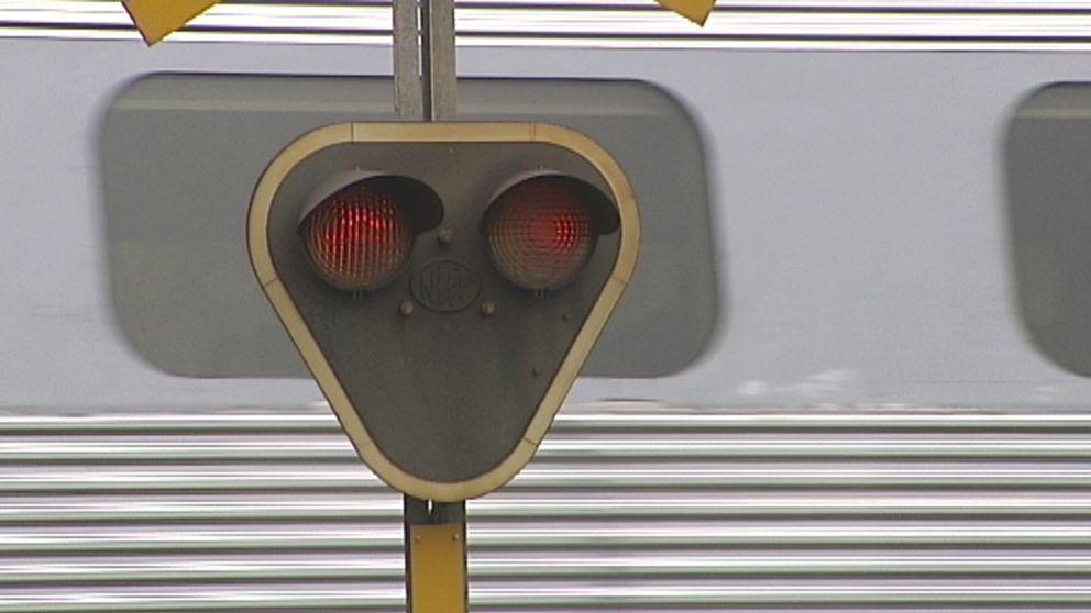 Bild på tåg och tågsignal