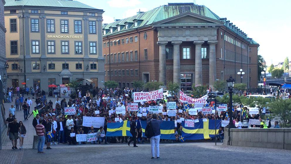 Asylsökande i demonstration utanför riksdagen.