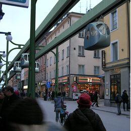 Fotomontage av spårtaxi i Stockholm (vänster) och i Örebro (höger).