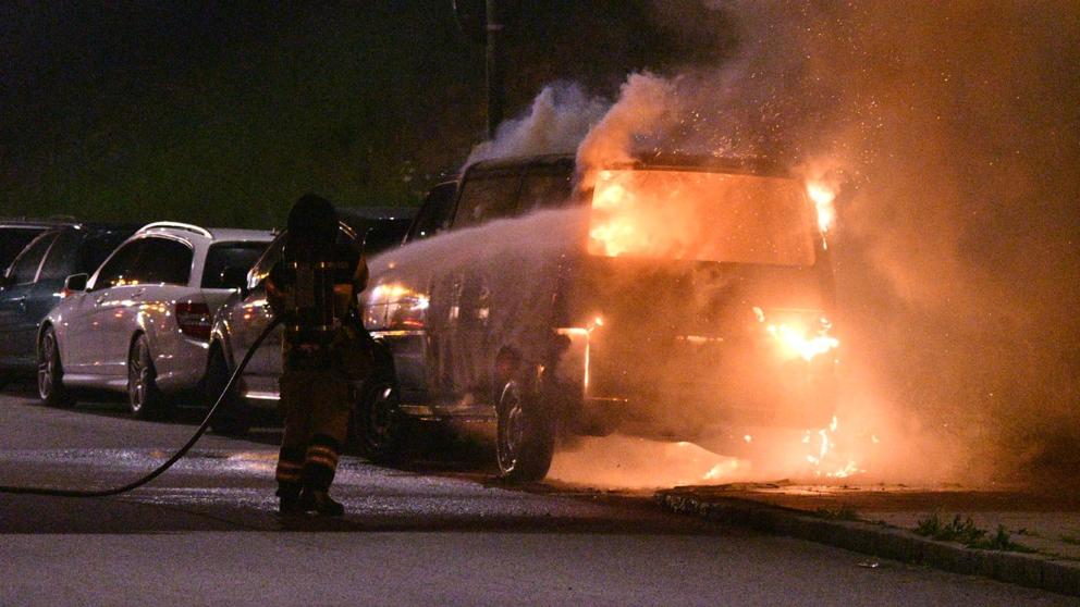 En minibuss brann på Hyllievångsvägen.