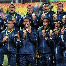Fiji-laget med sina historiska medaljer.