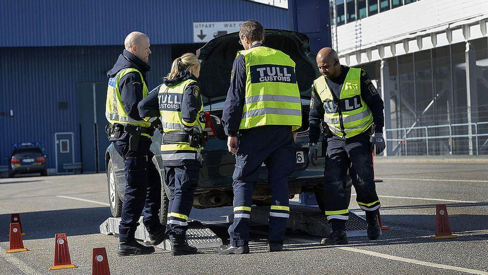 Personal från Tullverket undersöker en bil