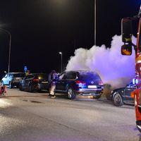 Räddningstjänsten släcker bilbrand
