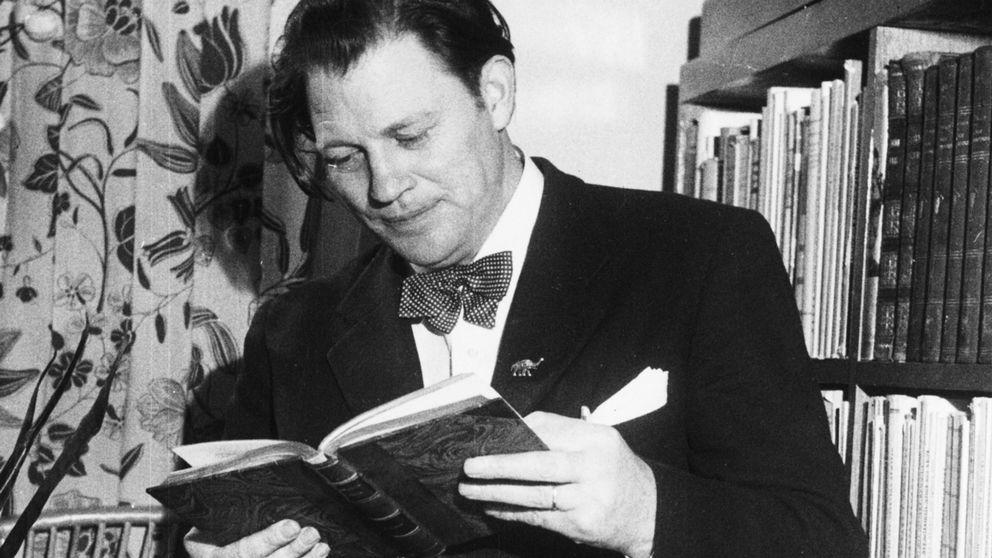 Harry Martinson läser en bok 1949.