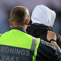 Östersunds målvakt Aly Keita överfölls och slogs ned av en åskådare som sprang in på planen under måndagens allsvenska fotbollsmatch mellan Jönköping Södra IF och Östersunds FK på Stadsparksvallen.