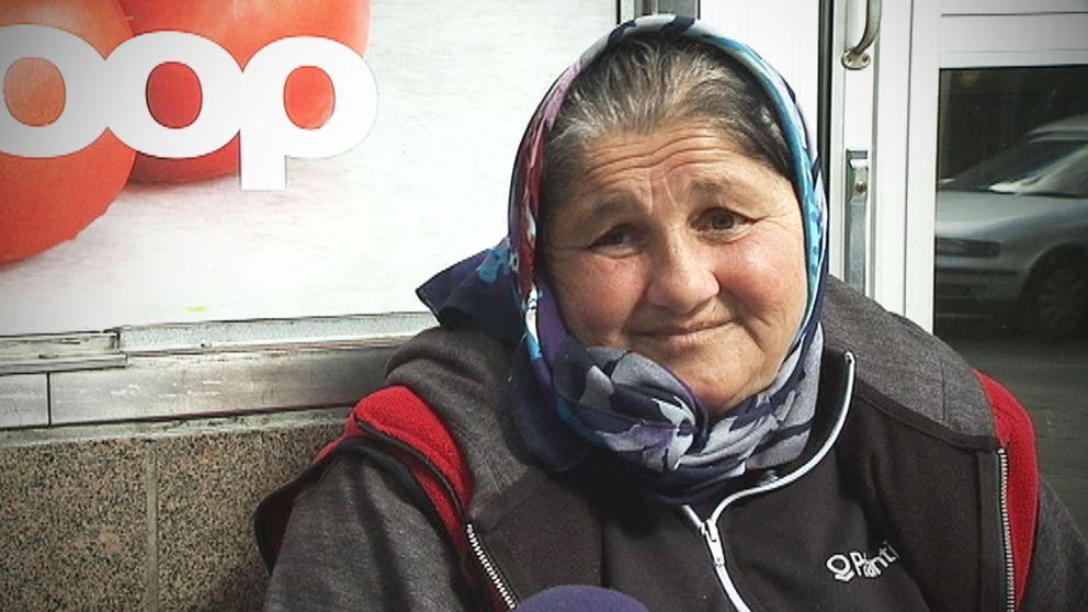 Leonita Tamas, 50 år, tigger utanför en mataffär i Stockholm. Enligt henne skulle ett tiggeriförbud leda till döden för många av hennes likar.