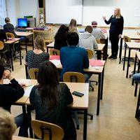Merparten av Skånes kommunerhoppas ha löst lärarbristennär skolan börjar genom att på olika sätt trolla med knäna.