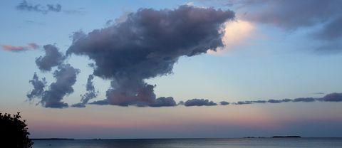 Mörka moln ut över havet vid Kultebo, söder om Söderhamn igår kväll 22 augusti.