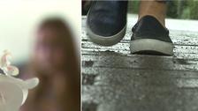 En suddig bild som ska föreställa Nadya och ett par fötter med skor som går längs gatan.
