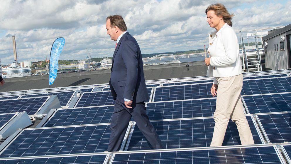 Stefan Löfven (S) och Isabella lövin (MP) bland solceller på tak.