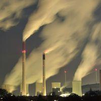 Utsläpp från ett kolkraftverk i Gelsenkrichen, Tyskland. Vi människor har ökat på halterna av koldioxid i atmosfären under nästan 200 års tid.
