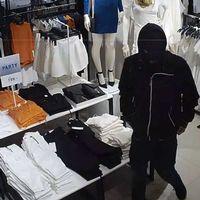 Pojke i rånarluva i klädaffär.