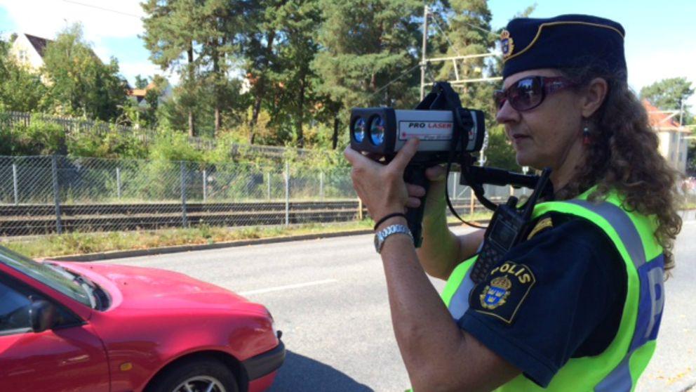 trafikpolis Carina Bauer mäter hastighet på bilar