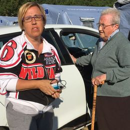 Elisabetta med sin gamla mamma som ska åka och titta till det skadade huset.
