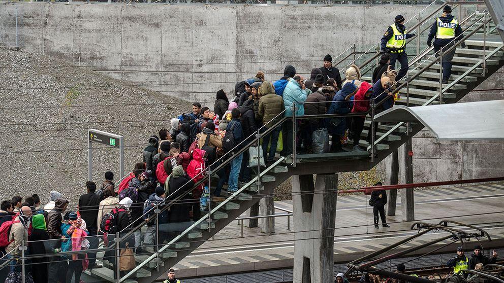 Polis övervakar kön av ankommande flyktingar i snålblåsten vid Hyllie station utanför Malmö i november i fjol.