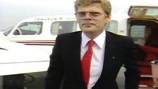 Christer Ericsson framför ett flygplan.