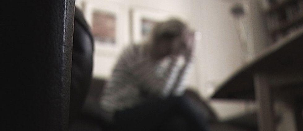 Bild på kvinna i soffa