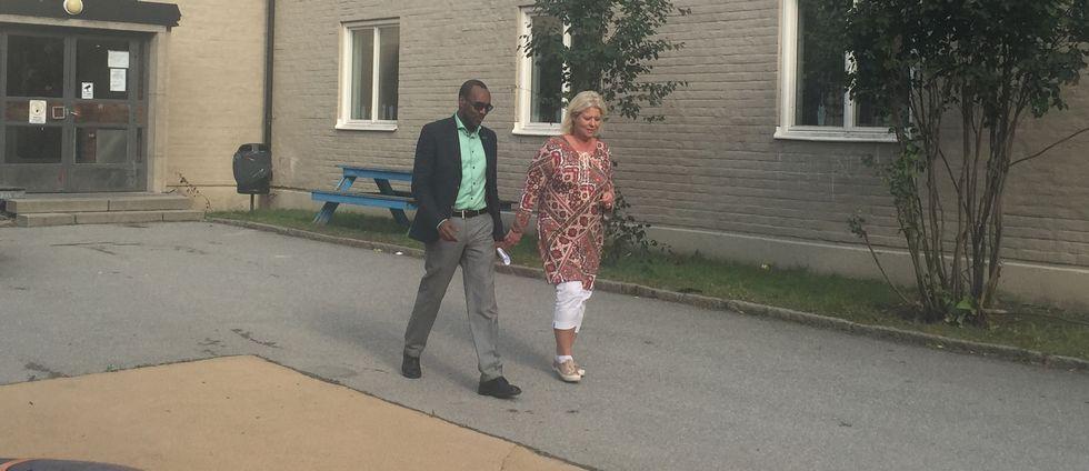Skolans rektor och Moderaternas Camilla Waltersson Grönvall promenerar över skolgården.