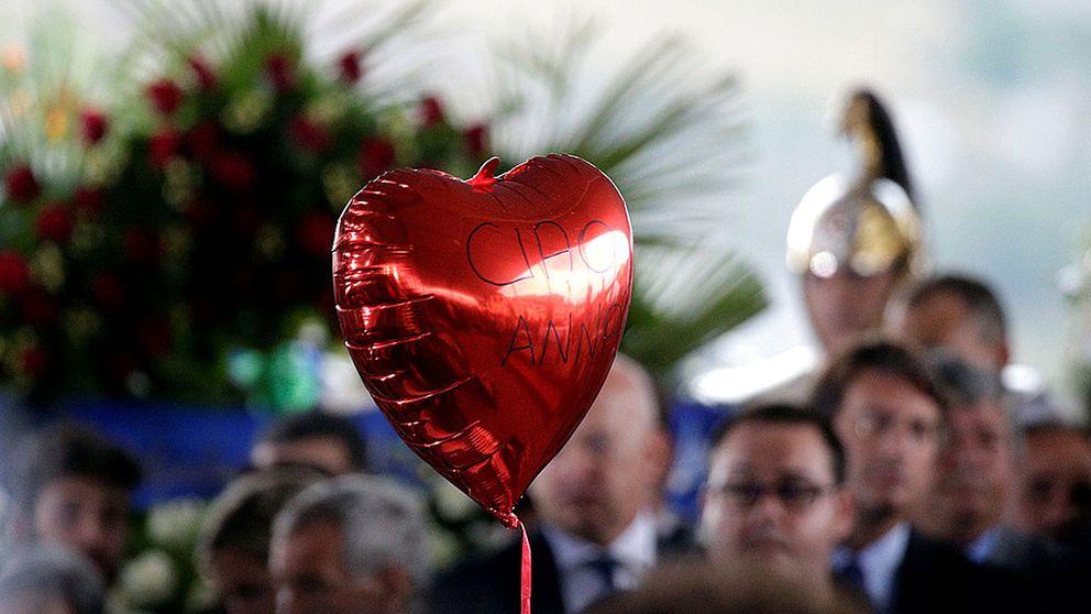 En hjärtformad ballong vid statsbegravningen för jordbävningsoffren i Amatrice.