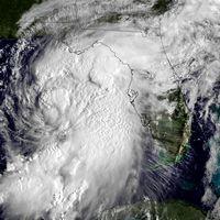 Orkanen Hermine (till höger) väntas slå till mot Florida under fredagsmorgonen.