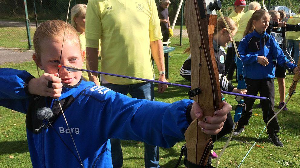 Smilla Borg testar bågskytte för första gången på Olympic day i Alvesta.