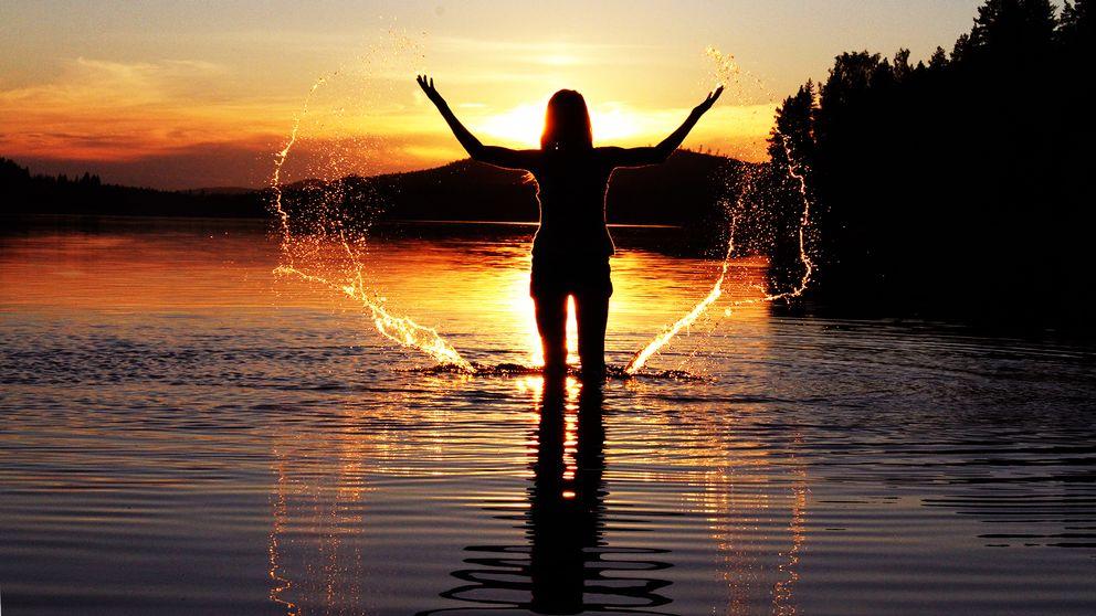 Bad i solnedgången i Angsjön
