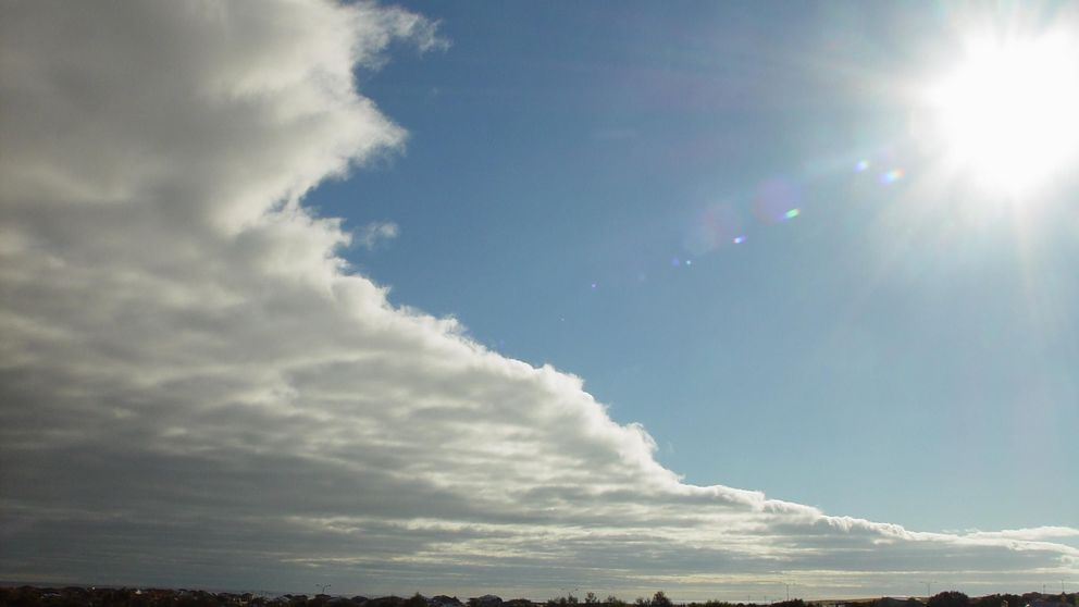 En front närmar sig alltmer och molnigheten ökar över ett vidsträckt område.