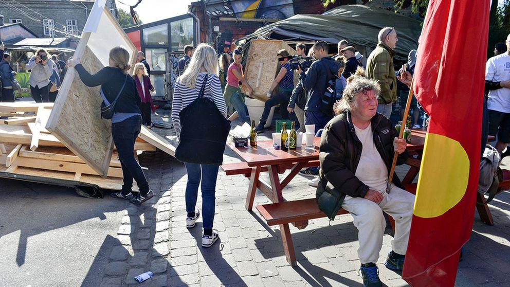 Invånare i Christiania i Köpenhamn river de illegala haschbodarna längs Pusher Street. Arkivbild.