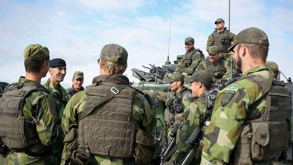 Överbefälhavare Michael Bydén beslutade att snabbinsatsförbandet som har varit på Gotland för att öva ska stanna kvar tills vidare.