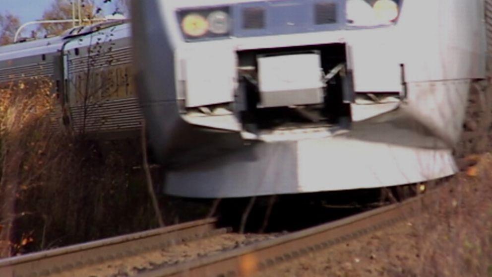 Närbild på tåg som kör.