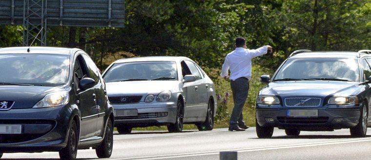 Det har blivit vanligare att vägpiraterna ger sig ut i vägbanan för att locka bilar till att stanna.