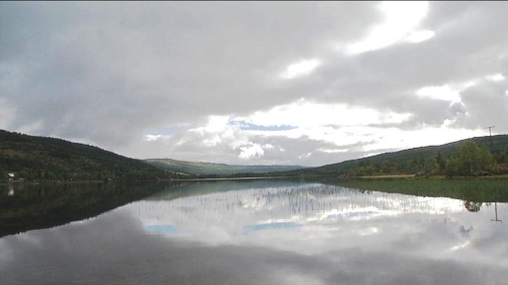 Bild på en fjord.