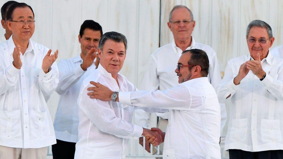 Colombias president Juan Manuel Santos och Farcledaren Rodrigo Londono förenas i ett historiskt handslag efter att ha skrivit på fredsavtalet.