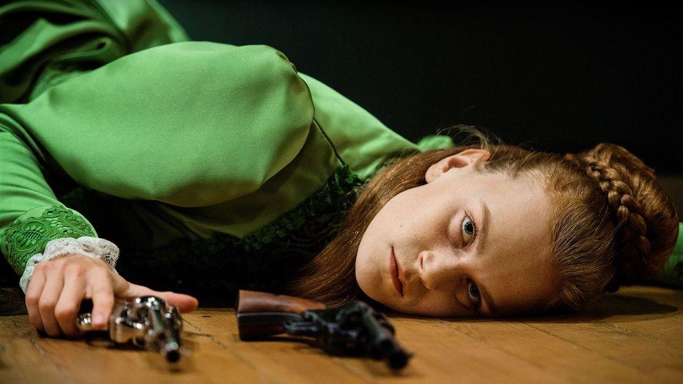 Electra Hallman som Hedda Gabler i Anna Petterssons uppsättning av Henrik Ibsens klassiker. Pjäsen är en av publikframgångarna för det förlustdrabbade Dramaten.