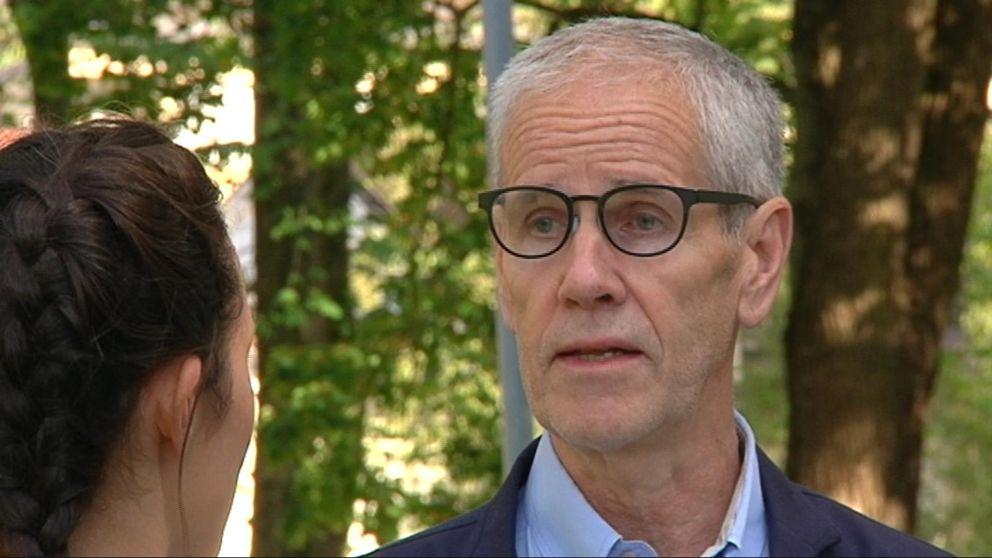Landstingsrådet Börje Wennberg i samtal med SVT:s reporter Astrid Iselidh